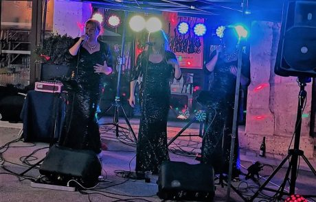 Candies singing live at Verteillac Dordogne